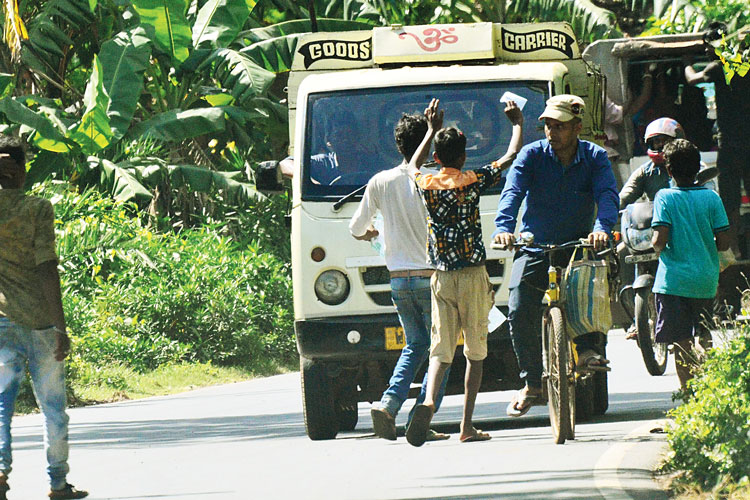 দাপট: তমলুকের নিমতৌড়ি রাস্তায় সোনামুইয়ে গাড়ি আটকে পুজোর চাঁদা আদায়। ছবি: পার্থপ্রতিম দাস