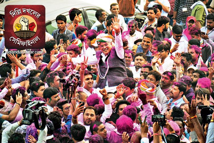 জয়জয়কার: রায়পুরে কংগ্রেস প্রার্থীর বিজয়ের পরে উল্লাস। মঙ্গলবার। ছবি: পিটিআই।
