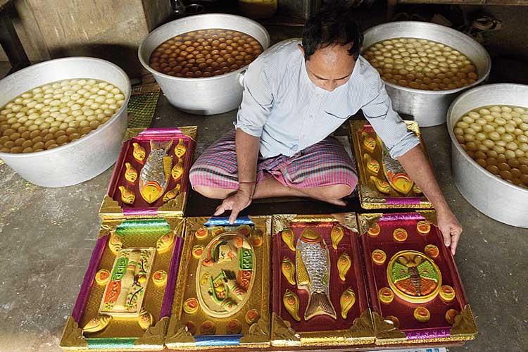 কর্মকাণ্ড: সিউড়ির মিষ্টির দোকানে সাজানো হচ্ছে বিয়ের তত্ত্বের মিষ্টি। নিজস্ব চিত্র