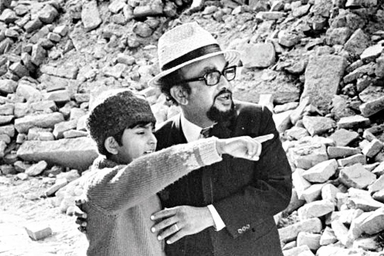 জাতিস্মর: মুকুল ও নকল ডক্টর হাজরা। 'সোনার কেল্লা' (১৯৭৪) ছবির দৃশ্য