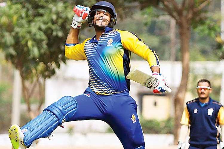২০১৩ সালের নভেম্বরে কর্নাটকের হয়ে প্রথম শ্রেণির ক্রিকেটে অভিষেক ঘটিয়েছিলেন মায়াঙ্ক। বিপক্ষে ছিল মহীশূর। তার আগে, ২০১২ সালের ফেব্রুয়ারিতে তামিলনাডুর বিরুদ্ধে লিস্ট এ ক্রিকেটে অভিষেক ঘটিয়েছিলেন তিনি।
