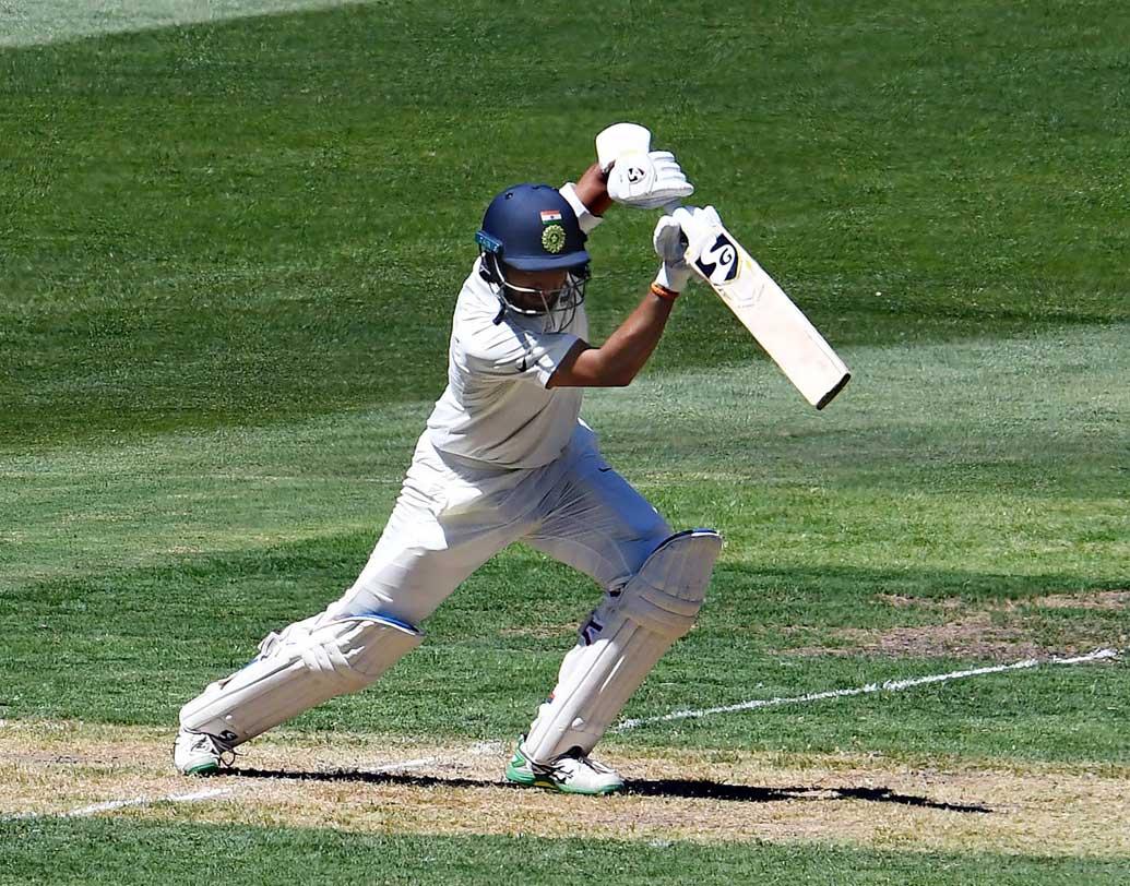 ১২৩ রানে দুই উইকেট পড়ার পর বিরাট কোহালির সঙ্গে জুটি বাঁধেন পূজারা। প্রথম টেস্টে সেঞ্চুরি করেছিলেন পূজারা। দ্বিতীয় টেস্টে রান পাননি। তৃতীয় টেস্টের প্রথম দিনে পঞ্চাশে পৌঁছলেন নিজের স্টাইলেই। দলকে দিলেন নির্ভরতা। ছবি: এএফপি।