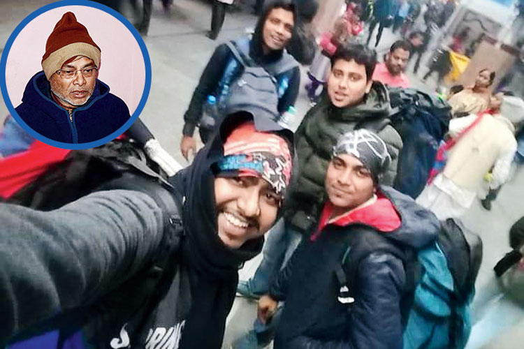 শোক: রওনা হওয়ার আগে শিয়ালদহ স্টেশনের নিজস্বী সোশ্যাল মিডিয়ায় পোস্ট করে সৈকত লিখেছিলেন 'যাত্রা শুরু'। (ইনসেটে) শোকার্ত বাবা। নিজস্ব চিত্র
