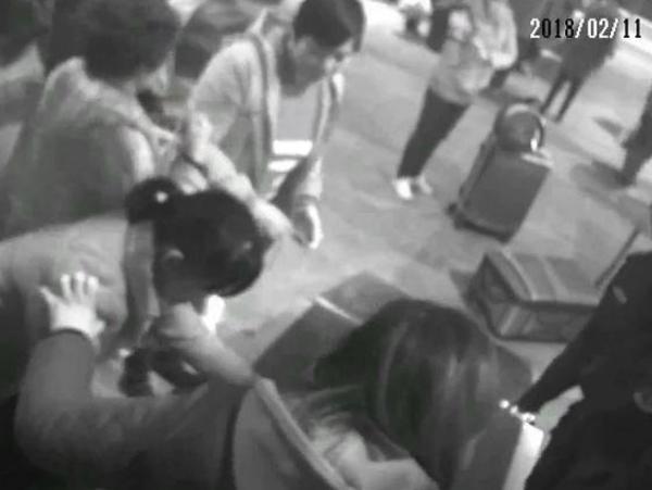 ব্যাগ আগলাতে এক্স-রে মেশিনে চড়ে বসলেন মহিলা। ছবি:ইউটিউবের সৌজন্যে।