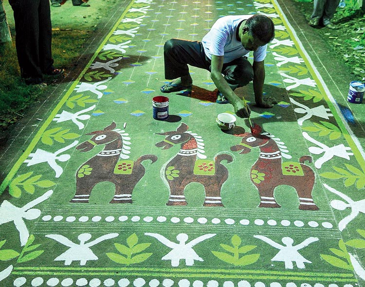 আলপনায়-জামদানি: শনিবার রাতে ফুলিয়ায়। ছবি: সুদীপ ভট্টাচার্য