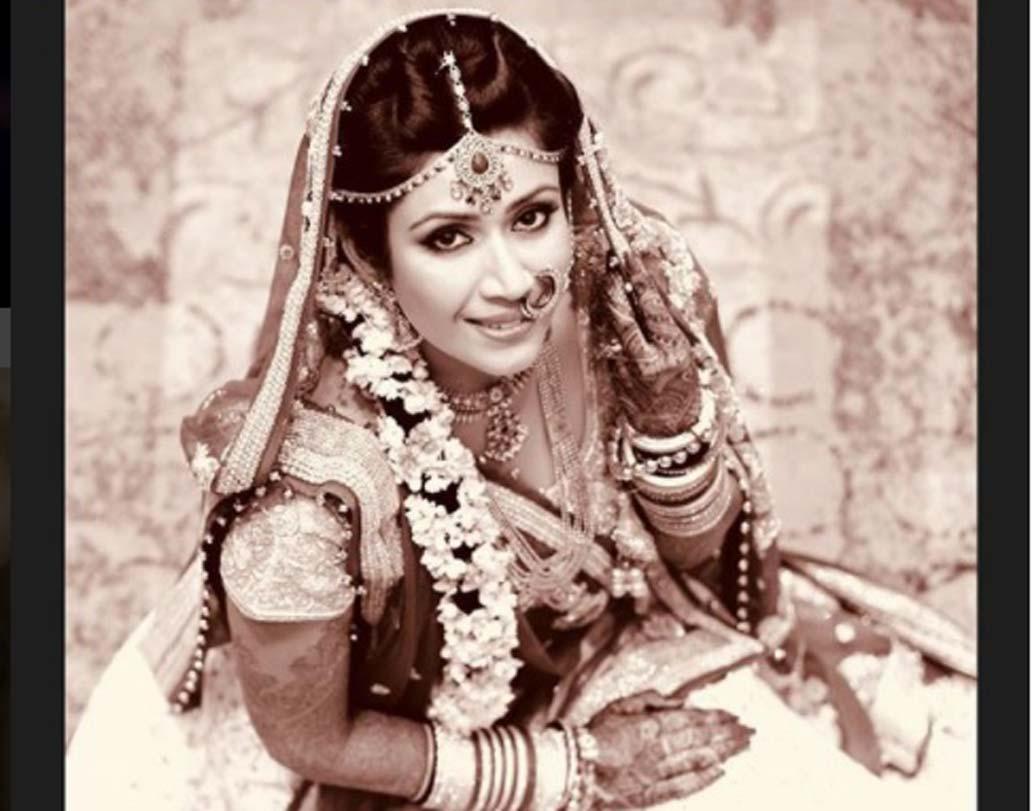২০১৫-এ অভিনেতা কর্ণ পটেলের সঙ্গে বিয়ে হয় অঙ্কিতা ভার্গভ। বিয়ের সাজে সোনালি এমব্রয়ডারি করা লেহঙ্গা পরেছিলেন অভিনেত্রী। সঙ্গে ছিল একেবারে মিনিমাল মেক-আপ।