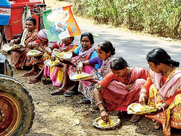 পংক্তিভোজ। বোলপুর-শ্রীনিকেতন ব্লক অফিসের সামনে। ছবি: বিশ্বজিৎ রায়চৌধুরী