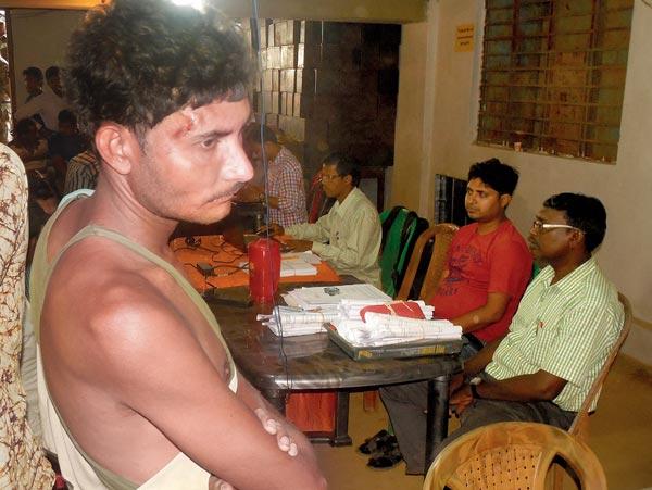 ঘাটাল ব্লক অফিসে আহত সিপিএম কর্মী কার্তিক বেরা। ছবি: কৌশিক সাঁতরা