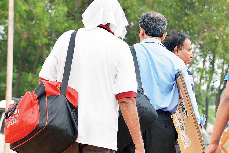 চলো: আজ ভোট, বুথের পথে ভোটকর্মীরা। ছবি: বিকাশ মশান