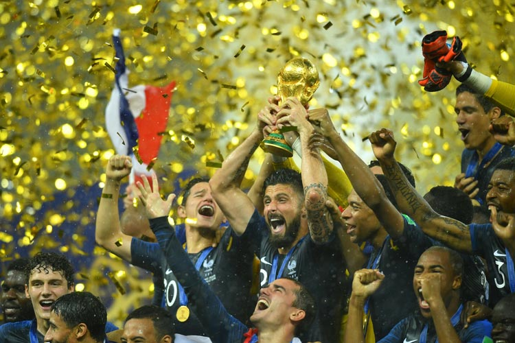 জয়োল্লাস। বিশ্বকাপ হাতে ফ্রান্সের ফুটবলাররা। —রয়টার্স