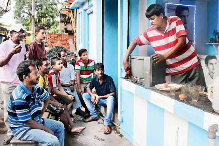টিভি সারিয়ে এনে দোকানেই রাখলেন শিবেদা।