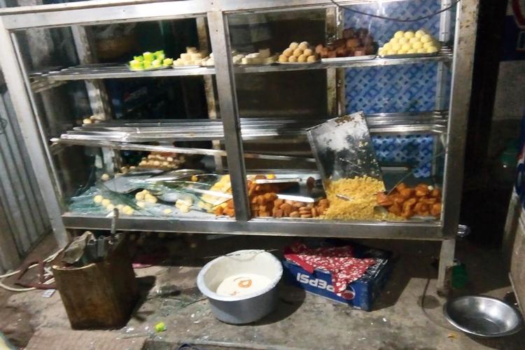 লন্ডভন্ড: ভাঙচুর চালানো হয়েছে দোকানে। নিজস্ব চিত্র