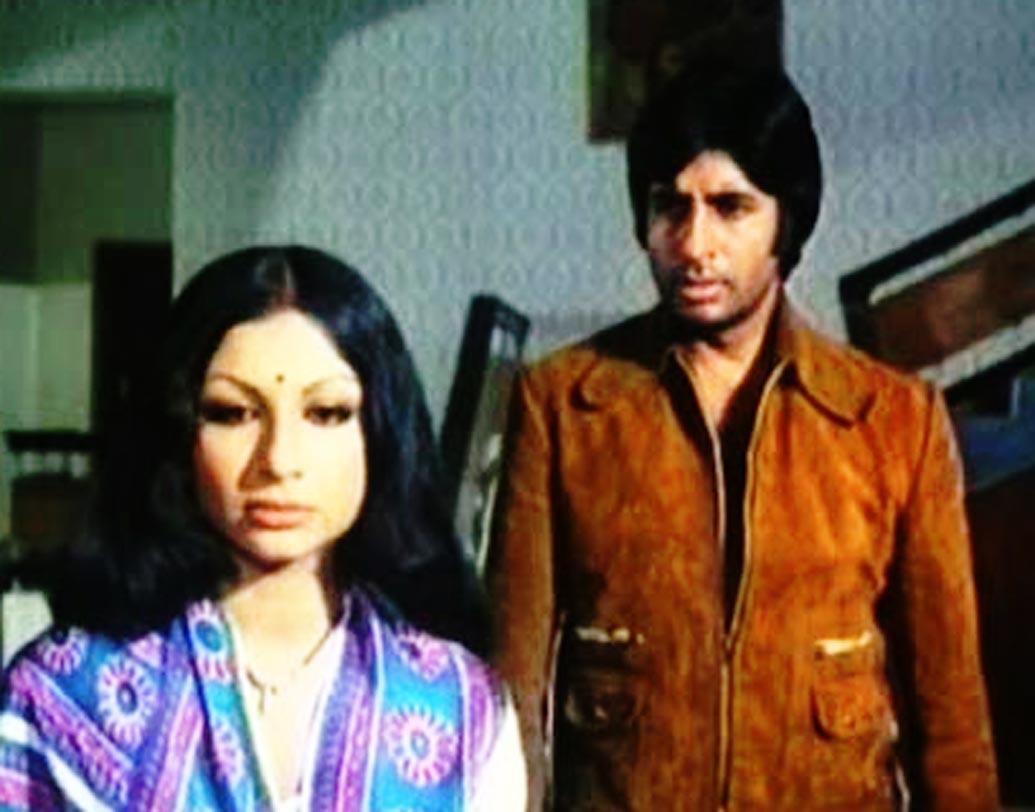'ফরার' (১৯৭৫) ছবিতে শর্মিলা ঠাকুর ছিলেন অমিতাভ বচ্চনের স্ত্রী। সেই শর্মিলাই আবার 'দেশপ্রেমী' (১৯৮২) ছবিতে অমিতাভের মা'য়ের ভূমিকায় অভিনয় করেছিলেন।