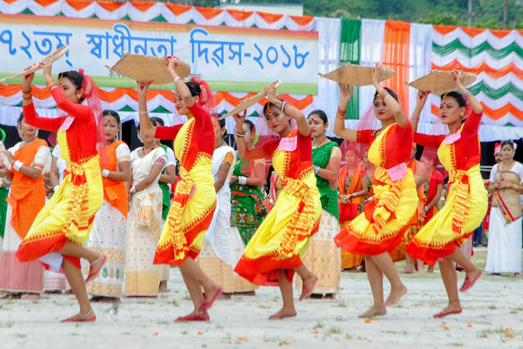 গুয়াহাটিতে স্বাধীনতা দিবসের অনুষ্ঠানে লোকনৃত্যের তালে স্কুলের ছাত্রীরা। ছবি: পিটিআই