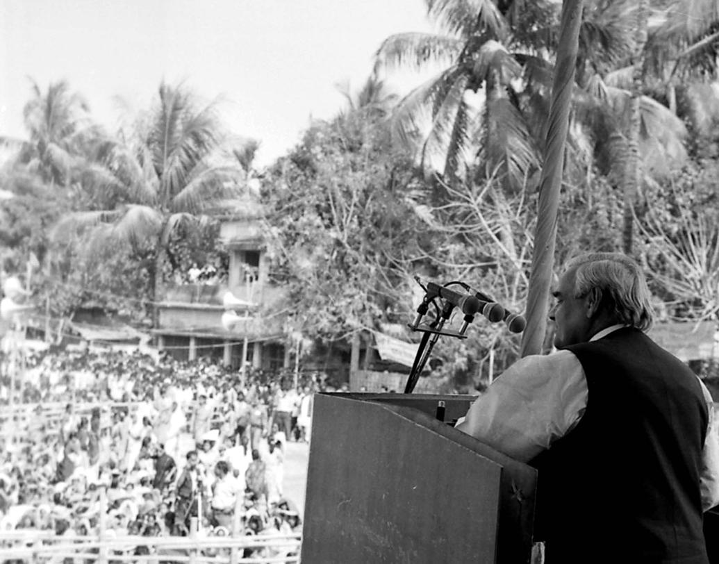 ১৬ ফেব্রুয়ারি, ১৯৯৮। মালদহে জনসভায় বক্তব্য রাখছেন অটলবিহারী বাজপেয়ী।