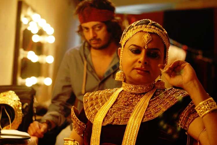 'চিত্রাঙ্গদা' ছবির একটি দৃশ্যে ঋতুপর্ণ ঘোষ এবং যিশু সেনগুপ্ত। ছবি: ইউটিউব।