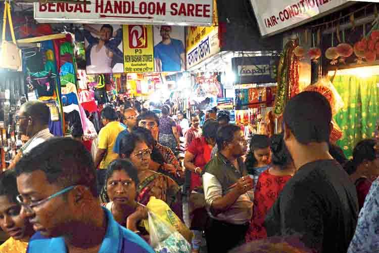 ভিড়ভাট্টা: চলছে কেনাকাটা। রবিবার, গড়িয়াহাটে। নিজস্ব চিত্র