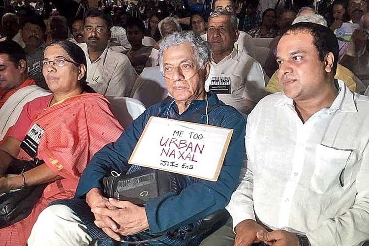 এক অনুষ্ঠানে 'আমিও শহুরে নকশাল' প্ল্যাকার্ড নিয়ে গিরীশ কারনাড। ছবি: সোশ্যাল মিডিয়া।