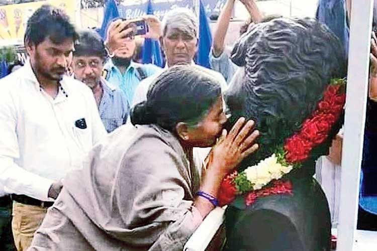 আদর: হায়দরাবাদ বিশ্ববিদ্যালয়ের প্রাঙ্গণে রোহিত ভেমুলার আবক্ষ মূর্তির সামনে তাঁর মা রাধিকা। বৃহস্পতিবার। নিজস্ব চিত্র
