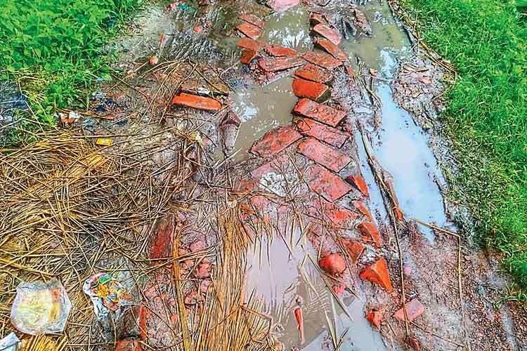 বেহাল: কুলপির তাঁতিরহাট মোড় থেকে আমপোল পর্যন্ত রাস্তা। ছবি: দিলীপ নস্কর