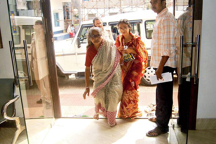মায়ারানি পাল। সাগরদিঘি থানায়। ছবি: অর্কপ্রভ চট্টোপাধ্যায়