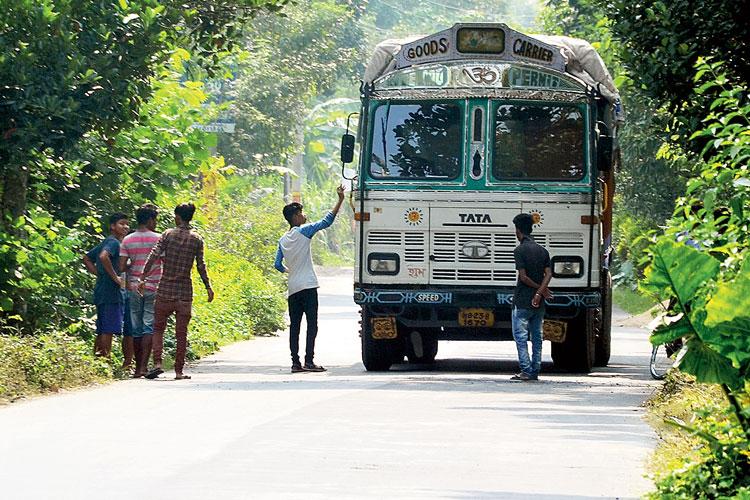 চাঁদা-শিকারি: গোপালনগর-নহাাটা সড়কে। ছবি: নির্মাল্য প্রামাণিক