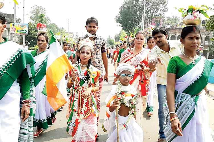 'ভারতমাতা'র হাতে উল্টো জাতীয় পতাকা। নিজস্ব চিত্র