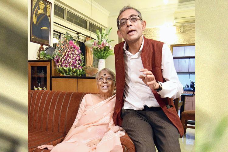 মায়ের কাছে: বালিগঞ্জের বাড়িতে নির্মলা বন্দ্যোপাধ্যায়ের সঙ্গে অভিজিৎ। মঙ্গলবার। ছবি: রণজিৎ নন্দী