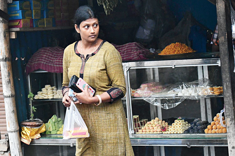 মিষ্টির প্যাকেট প্লাস্টিকেই। বুধবার নবদ্বীপে। নিজস্ব চিত্র