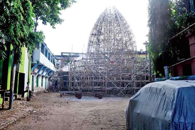 দখল: এখন এমনই অবস্থা বঙ্কিম পার্কের। রবিবার, পঞ্চাননতলা রোডে। ছবি: দীপঙ্কর মজুমদার