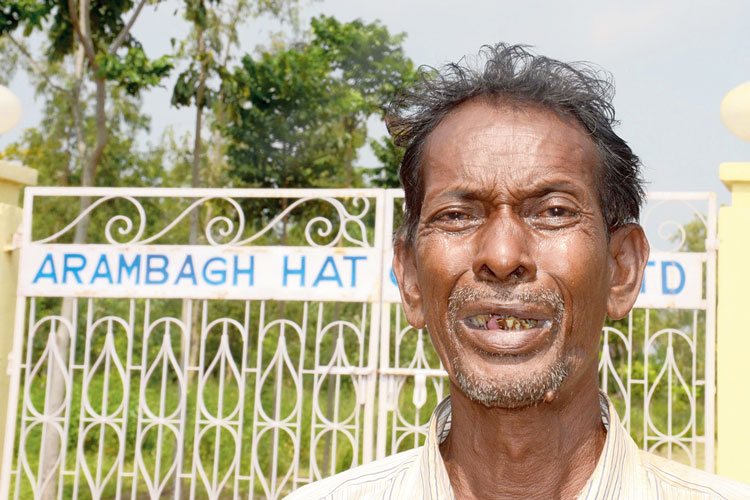 n চোখে জল। আরামবাগ হ্যাচারিজ লিমিটেডের রাজনগরের তাঁতিপাড়ায়। ছবি: দয়াল সেনগুপ্ত