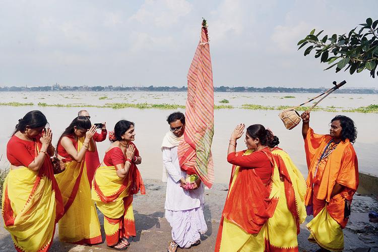 নবপত্রিকা স্নান: শনিবার সপ্তমীর সকালে বাগবাজার ঘাটে। ছবি: স্বাতী চক্রবর্তী