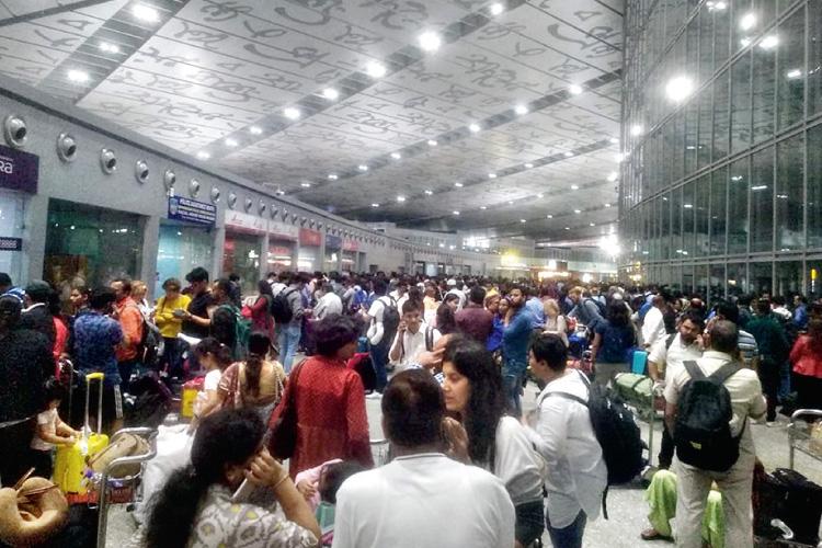 কলকাতা বিমানবন্দরে যাত্রীদের ভিড়। শনিবার। নিজস্ব চিত্র