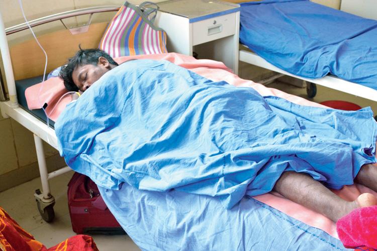 বোলপুর মহকুমা হাসপাতালে চিকিৎসাধীন শেখ মফিজুল। নিজস্ব চিত্র