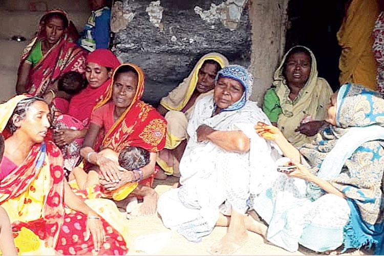 শোকস্তব্ধ পরিবার। পারুলিয়ার দেবগ্রামে।