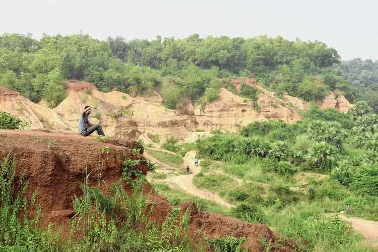 বেপরোয়া: প্রশাসন বিজ্ঞপ্তি দিয়ে নিষেধ করেছে। তবুও গনগনিতে খাদের কিনারায় নিজস্বী-প্রিয়। নিজস্ব চিত্র