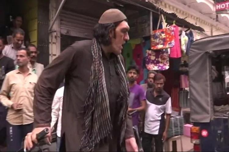 হোটেল না পাওয়া আফগানি ব্যক্তি শের খান। ছবি টুইটার থেকে সংগৃহীত।