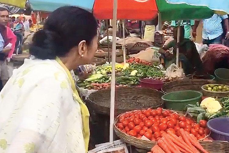 ভবানীপুরের যদুবাবুর বাজার পরিদর্শনে মুখ্যমন্ত্রী। সোমবার। নিজস্ব চিত্র