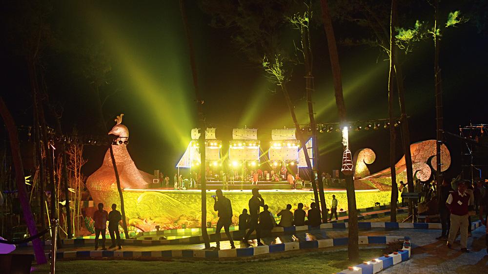 যাত্রানালায় সাংস্কৃতিক অনুষ্ঠানের মঞ্চ। ছবি: বিশ্বনাথ বণিক