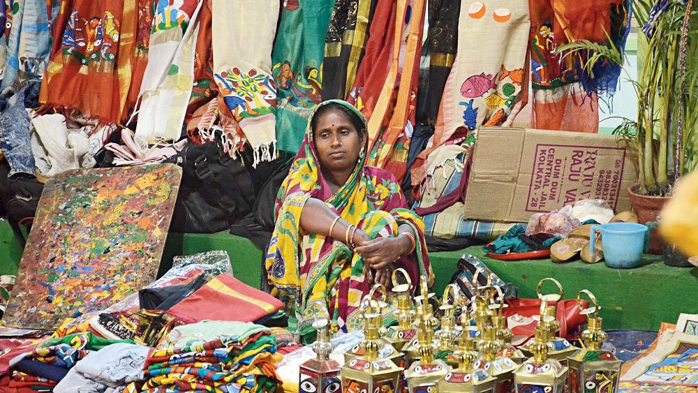হতাশ: পসরা সাজিয়ে হস্তশিল্পী। অভাব ক্রেতার। ছবি: স্নেহাশিস ভট্টাচার্য