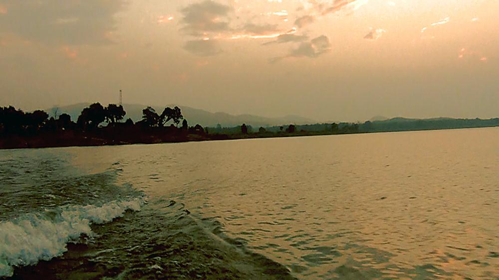 অস্তরাগের আলো: ডেন্ডোয়া নদীতে গোধূলি দর্শন