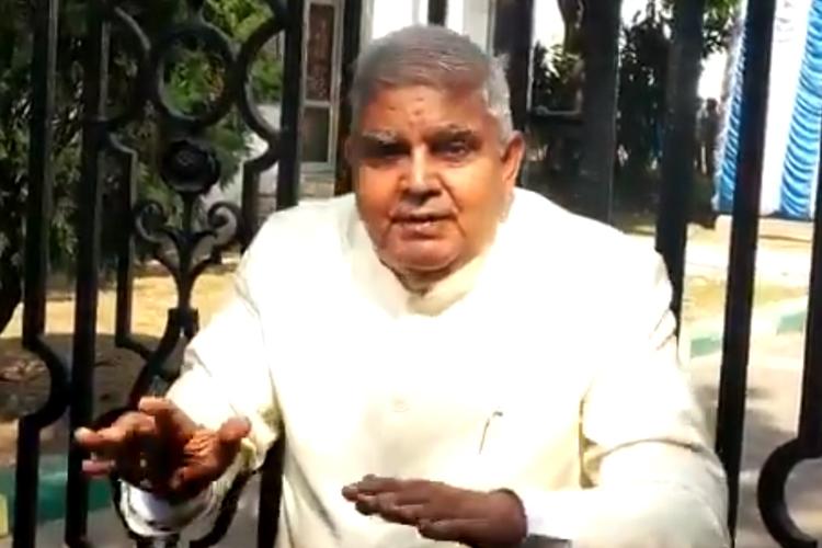 বিধানসভার গেটের সামনে রাজ্যপাল জগদীপ ধনখড়। ছবি: টুইটার