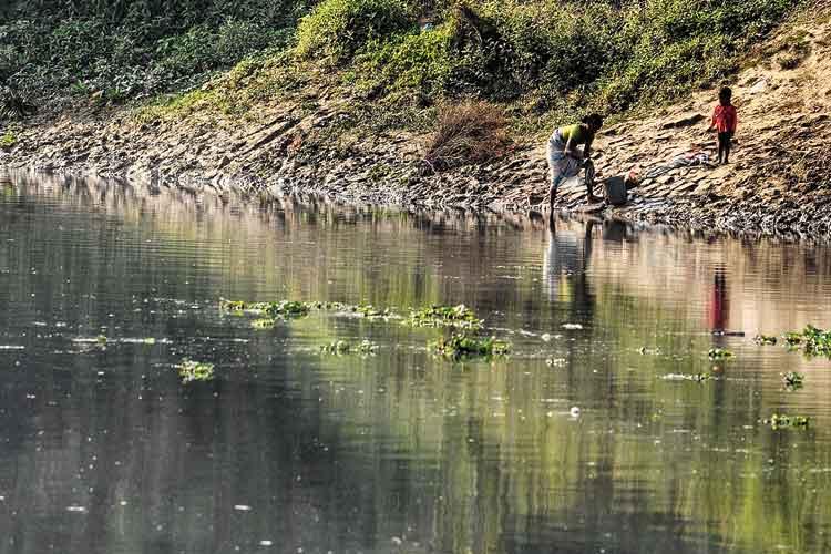 কালো জলে ভরেছে নদী। ছবি: প্রণব দেবনাথ