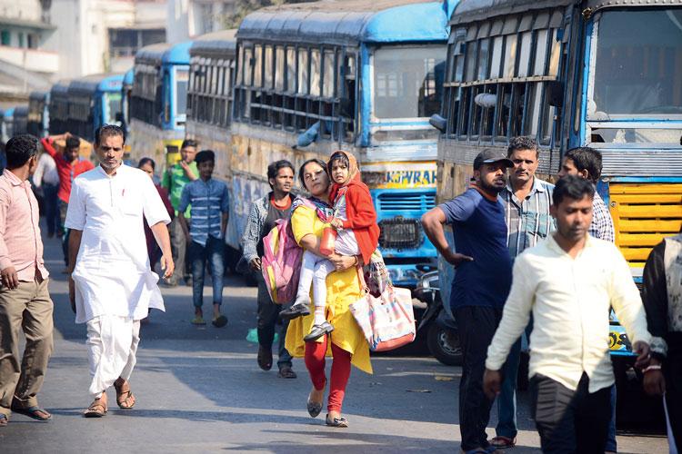 ভোগান্তি: অমিল বাস। হেঁটেই তাই গন্তব্যের দিকে। সোমবার, হাওড়া ময়দানে। ছবি: দীপঙ্কর মজুমদার