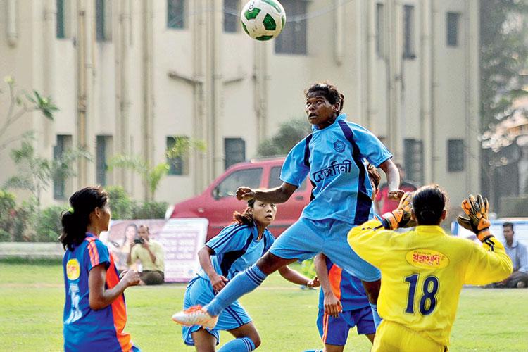 আকাশছোঁয়া: চলছে 'তেজস্বিনী' ফুটবল প্রতিযোগিতা। কলকাতায় সোমবার। নিজস্ব চিত্র