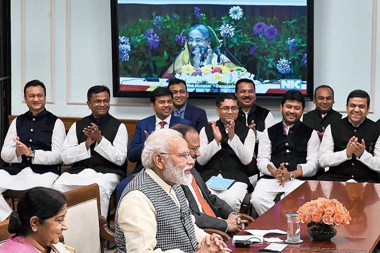 দ্বিপাক্ষিক: ভিডিয়ো কনফারেন্সে প্রকল্পের উদ্বোধন করছেন প্রধানমন্ত্রী নরেন্দ্র মোদী। সঙ্গে বিদেশমন্ত্রী সুষমা স্বরাজও। ভিডিয়ো স্ক্রিনে বাংলাদেশের প্রধানমন্ত্রী শেখ হাসিনা। সোমবার নয়াদিল্লিতে। পিটিআই