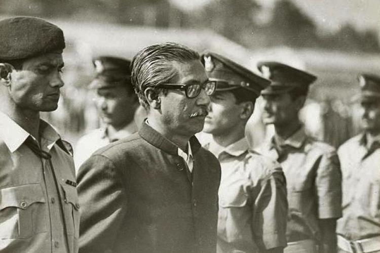 ১৯৭২ সালে ঢাকা বিমানবন্দরে গার্ড অব অনার দেওয়া হচ্ছে শেখ মুজিবুর রহমানকে। ছবি: আনন্দবাজার আর্কাইভ থেকে।