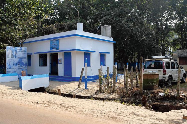ঝাড়গ্রাম স্টেশন লাগোয়া পর্যটন কেন্দ্র। তার পাশেই গাড়ির স্ট্যান্ড। কিন্তু সেখানে নেই ভাড়ার তালিকা। সমস্যায় পড়েন পর্যটকেরা। ছবি: দেবরাজ ঘোষ