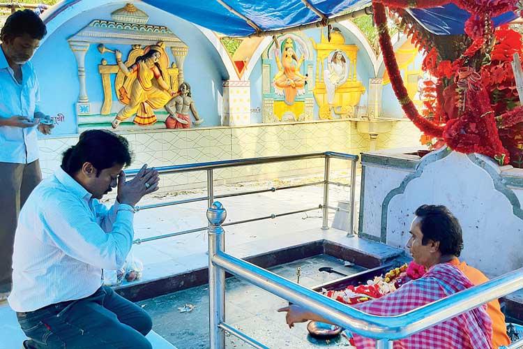 প্রার্থনা: মন্দিরে অভিজিৎ সাহা। ভদ্রকালীতলায়। ছবি: কল্যাণ আচার্য