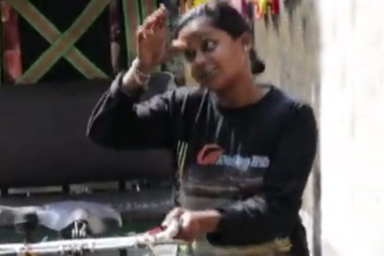 রিকশাদিদি সোনালি।